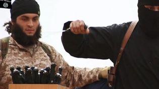 Capture d'écran montrant le jihadiste présenté comme étant Mickaël Dos Santos,dans une vidéo de propagande de l'Etat islamique diffusée dimanche 16 novembre 2014. ( FRANCE 2)