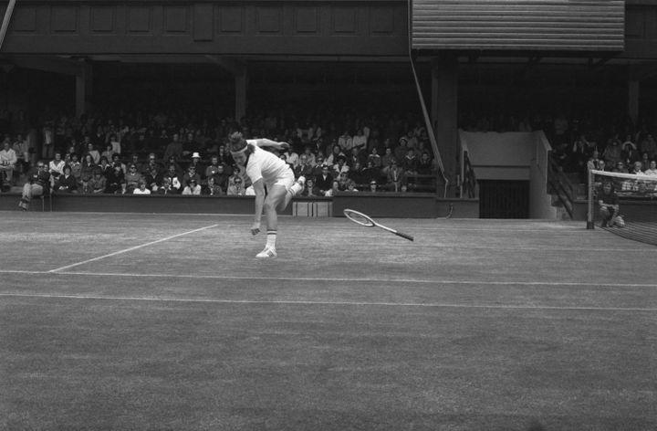 John McEnroe rompe la sua racchetta durante il suo match vincente dei quarti di finale contro Phil Dent il 28 giugno 1977 a Wimbledon. (BETTMANN / BETTMANN / GETTY IMAGES)