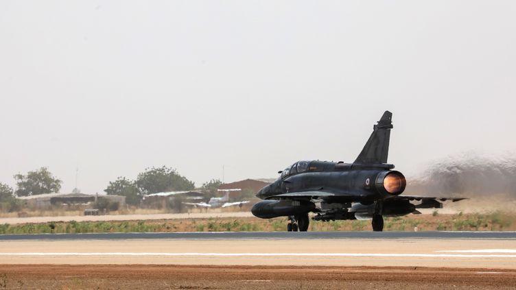 Deux Mirage 2000 sont consacrés à la traque des auteurs de l'attaque qui a tué six humanitaires français, le 9 août au Niger (photo d'illustration). (LUDOVIC MARIN / AFP)