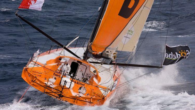 Le skippeur Vincent Riou sur son bateau PRB au large de Lorient (Morbihan), pendant une session d'entraînement, le 24 septembre 2012. (JEAN-MARIE LIOT / DPPI)