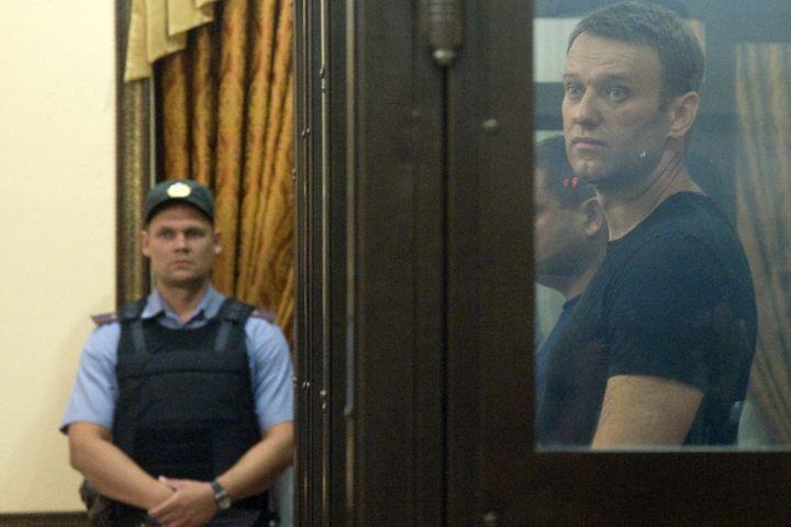 Alexeï Navalny lors de sa comparution au tribunal de Kirov, le 19 juillet 2013, avant sa libération surprise au lendemain de sa condamnation à cinq ans de camp. (SERGEI BROVKO / AFP)