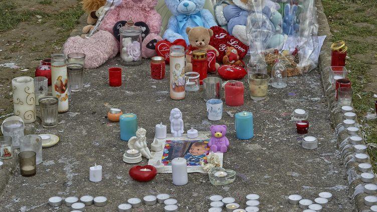 Des bougies posées sur le trottoir en hommage au petit Tony, le 8 décembre 2016 à Reims. (SAUCOURT PATRICE / MAXPPP)