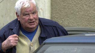 Le tueur en série Emile Louis arrive au palais de justice d'Auxerre (Yonne), le 14 décembre 2001. (MAXPPP)