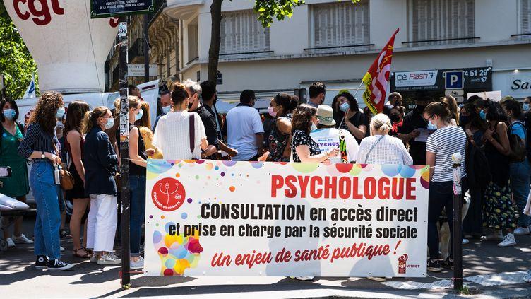 Des psychologues manifestent à Paris, le 10 juin 2021, pour demander des moyens supplémentaires. (AMAURY CORNU / HANS LUCAS)