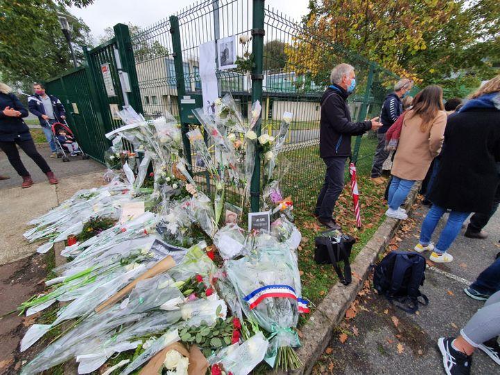 Des roses blanches et des mots de soutien ont été déposés devant les grilles du collège Jacques Prévert à Lorrez-le-Bocage (Seine-et-Marne), samedi 24 octobre 2020. (BORIS HALLER / RADIO FRANCE)