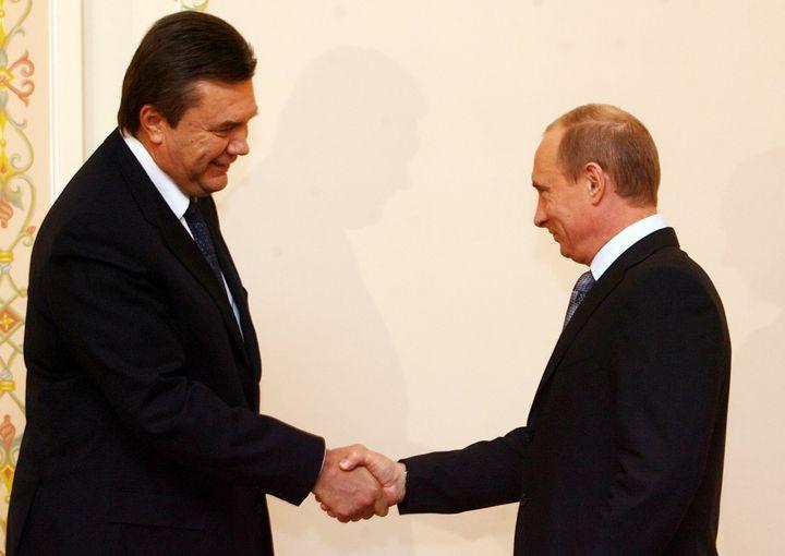 Viktor Ianoukovitch (G), à l'époque Premier ministre, rencontre le président russe Vladimir Poutine, à Moscou (Russie), le 30 novembre 2006. (SERGEI CHIRIKOV / AFP)