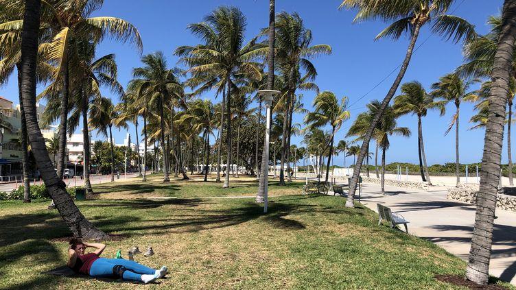 Les abords d'une plage de Miami, en Floride (Etats-Unis) le 23 mars 2020. Le confinement entre en vigueur ce jour dans cet Etat américain. (LEILA MACOR / AFP)