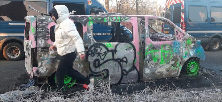 Un véhicule a été incendié. (SÉBASTIEN BAER / RADIO FRANCE)