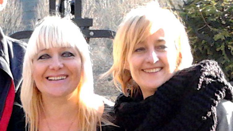 Valérie (G) et Sophie, deux sœurs victimes des prothèses PIP, àNice (Alpes-Maritimes), en décembre 2012. (DR)