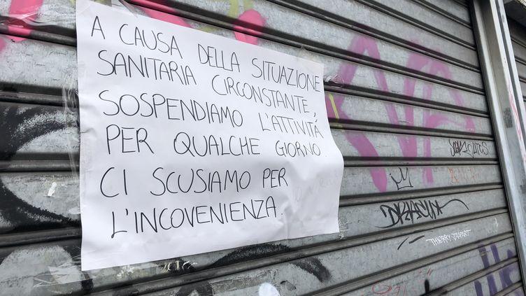 La devanture close d'un restaurant à Milan (Italie), fermé en raison de l'épidémie de coronavirus, le 5 mars 2020. (MAIRO CINQUETTI / NURPHOTO)