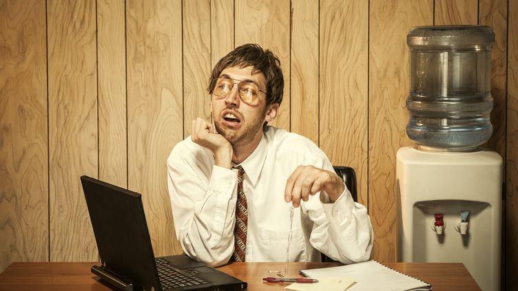 En plus de vous ennuyer au bureau, passer l'été au travail risque de vraiment vous agacer. (RYANJLANE / E+ / GETTY IMAGES)