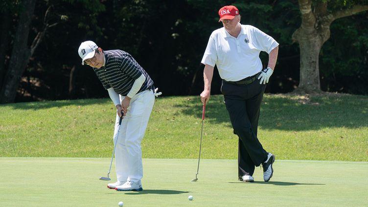 Donald Trump et Shinzo Abe, jouant au golf le 26 mai 2019, au Japon. (SHEALAH CRAIGHEAD / MAXPPP)