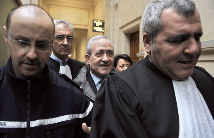 De gauche à droite : l'avocat Jean-Yves Le Borgne, l'ex-maire du 5e arrondissement de Paris Jean Tiberi, sa femme Xavière et Thierry Herzog, le 2 février 2009 au tribunal correctionnel de Paris. (BERTRAND GUAY / AFP)