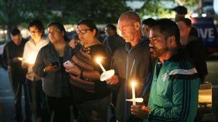 Des habitants de San Diego (Californie, Etats-Unis)rendent hommage aux victimes de la fusillade meurtrière à Orlando (Floride), le 13 janvier 2016. (SANDY HUFFAKER / AFP)