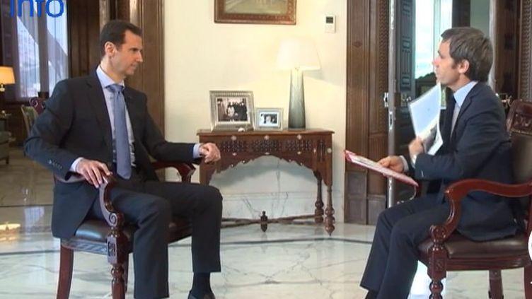 Bachar Al-Assad, le président syrien, et David Pujadas, à Damas (Syrie) le 19 avril 2015. ( CAPTURE ECRAN FRANCE 2)
