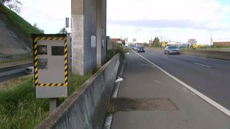 Le premier radar fixe de France, inauguré le 27 octobre 2013, à La Ville-du-Bois (Essonne). ( FRANCE 3 / FRANCETV INFO)