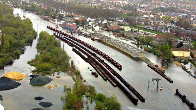 La commune d'Abeville inondée par la Somme en avril 2001. (DENIS CHARLET / AFP)