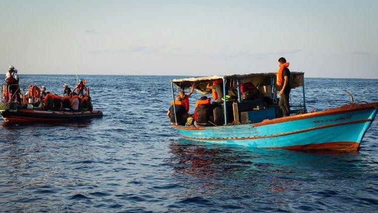 Sauvetage de migrants au large de la Libye par le navire «Aquarius», géré par les organisations non gouvernementales «SOS Méditerranée» et «Médecins sans Frontières», à la suite de négociations avec les gardes-côtes libyens, le 23 septembre 2018. (Maud VEITH/SOS MEDITERRANEE/AFP)