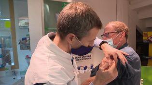 Selon les chiffres de Santé publique France, 5 005 nouveaux de Covid-19 auraient été recensés lors des dernières 24 heures. Même vacciné, il ne faut pas oublier les gestes barrières. (CAPTURE D'ÉCRAN FRANCE 3)