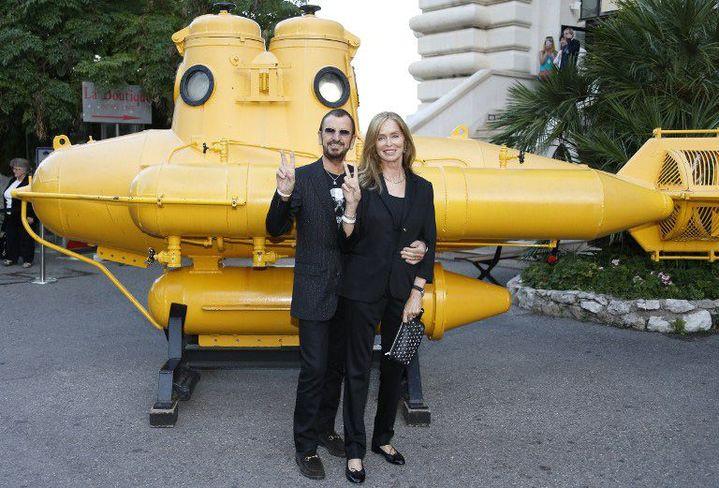 Ringo Starr et son épouse Barbara Bach posent devant un sous-marin jaune dans la cour du Musée océanographique de Monaco, le 24 septembre 2013.  (VALERY HACHE / AFP)