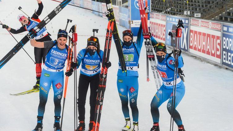 Les Françaises Julia Simon, Chloe Chevalier, Justine Braisaz Bouchet et Anais Bescond après avoir arraché la troisième place lors du relais féminin de Nove Mesto en Coupe du monde de biathlon.  (MICHAL CIZEK / AFP)