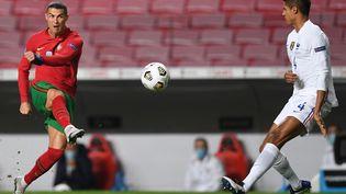 Raphaël Varane face àCristiano Ronaldo le 14 novembre 2020 à Lisbonne lors du match de Ligue des nations entre le Portugal et la France. (PATRICIA DE MELO MOREIRA / AFP)