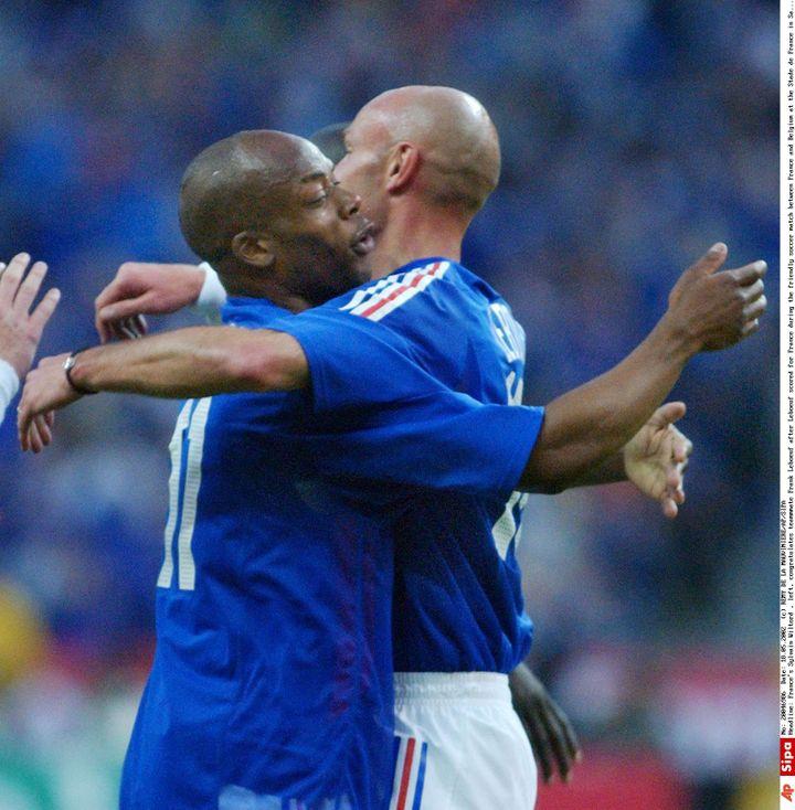 Sylvain Wiltord et Franck Lebœuf se congratulent après l'égalisation française face à la Belgique, le 18 mai 2002 au Stade de France. (REMY DE LA MAUVINIERE/AP/SIPA / AP)
