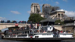 Un bâteau de touristes passent devant la cathédrale Notre-Dame, le 12 mai 2019. (JOEL SAGET / AFP)