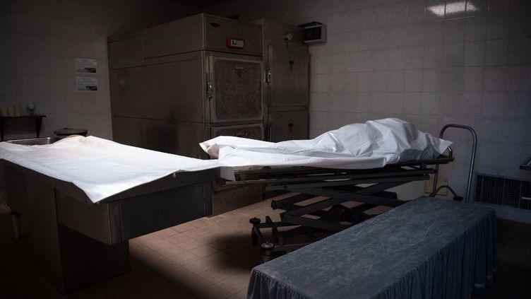 Le corps d'un homme mort du Covid-19 dans la chambre funéraire du cimetière deChateauneuf-les-Martigues (Bouches-du-Rhône), le 3 avril 2020. (CLEMENT MAHOUDEAU / AFP)