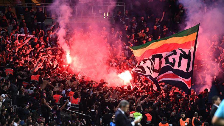Des fumigènes dans les tribunes du Parc des Princes lors du match entre le PSG et l'Etoile rouge de Belgrade, le 3 octobre 2018, à Paris. (ANNE-CHRISTINE POUJOULAT / AFP)