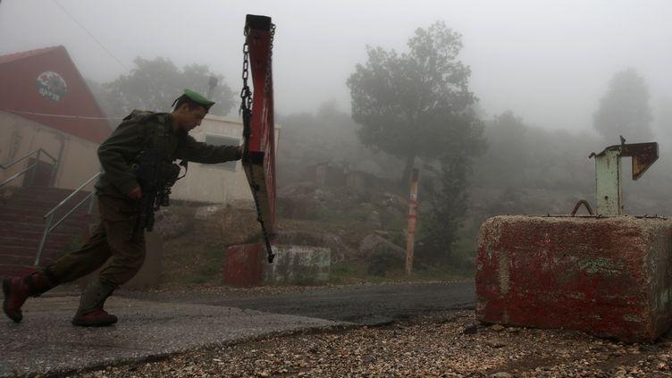 Un soldat israélien ferme une route sur le mont Hermon, à la frontière entre Israël et la Syrie, le 15 mai 2013. (JALAA MAREY / AFP)