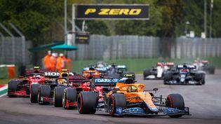 Lando Norris (McLaren) en tête d'un petit groupe lors du Grand Prix d'Emilie-Romagne, dimanche 18 avril 2021 à Imola. (ANTONIN VINCENT / AFP)