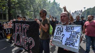 Les manifestants ont défilé, samedi 3 août 2019 à Nantes, avec des slogans hostiles aux forces de l'ordre après la mort de Steve Maia Caniço lors de la fête de la musique. (JEAN-FRANCOIS MONIER / AFP)