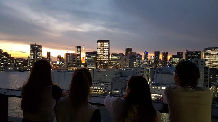 La vue depuis la chambre d'hôtel de Cécilia Berder et ses coéquipères dans le village olympique de Tokyo (Japon), le 20 juillet 2021. (CECILIA BERDER / RADIO FRANCE)