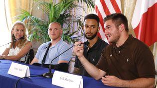 De gauche à droite les militaires américains Spencer Stone, Anthony Sadler et Alek Skarlatos, lors d'une conférence de presse à l'ambassade des Etats-Unis, à Paris, le 23 août 2015. Ils ont expliqué comment ils ont maitrisé le tireur qui était à bord du train Thalys Amsterdam-Paris, le 21 août 2015. (THOMAS SAMSON / AFP)