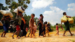 Des Rohingyas partent se réfugier non loin de la frontière entre Birmanie et Bangladesh, le 28 août 2017. (MOHAMMAD PONIR HOSSAIN / REUTERS)