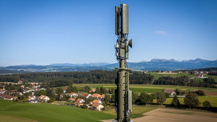 Une antenne 5G, près de Montpreveyres dans l'ouest de la Suisse, le 15 septembre 2019. (FABRICE COFFRINI / AFP)
