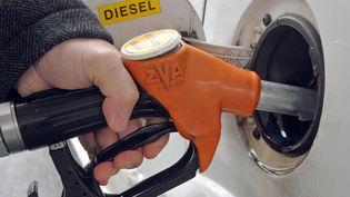 Un automobiliste fait le plein de son véhicule diesel à Lille, le 30 décembre 2010. (PHILIPPE HUGUEN / AFP)