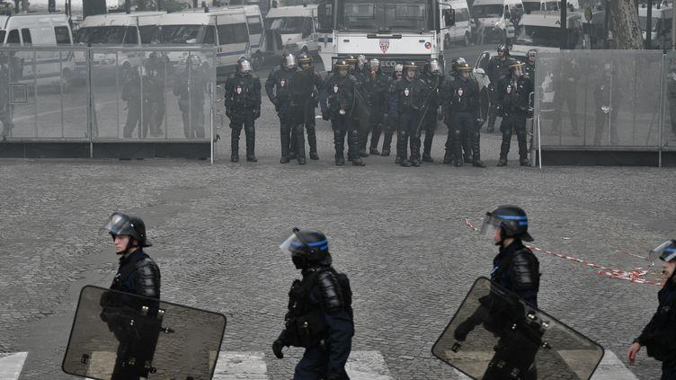 Des CRS durant une manifestation contre la loi Travail à Paris, le 5 juillet 2016. (PHILIPPE LOPEZ / AFP)