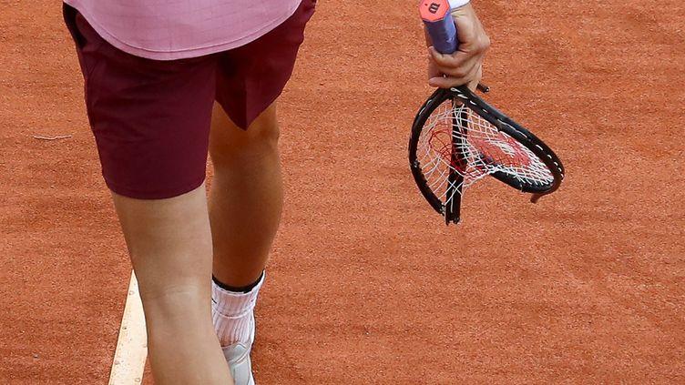 Les nerfs des joueurs de tennis sont souvent soumis à rude épreuve. La raquette de Grigor Dimitrov en a fait les frais, le 15 avril à Monte-Carlo. (VALERY HACHE / AFP)