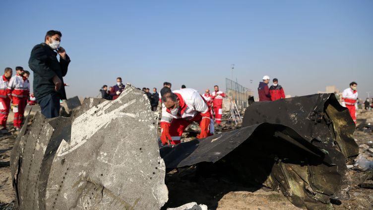 Les débris de l'avion sont inspectés, le 8 janvier 2020, après le crash du Boeing 737 de l'Ukrainian Airlines qui s'est écrasé près de l'aéroport de Téhéran, en Iran. (FATEMEH BAHRAMI / AFP)