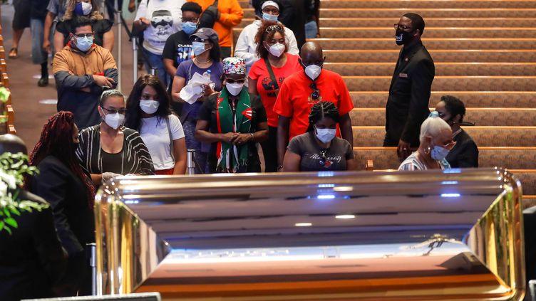 DesAméricains se recueillantauprès du cercueil de George Floyd, le 8 juin 2020, à Houston (Texas). (POOL NEW / X80003)