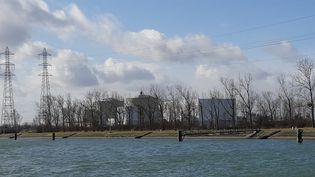 Lacentrale nucléaire de Fessenheim (Haut-Rhin) depuis le grand canal d'Alsace, en février 2020. (PATRICK GENTHON / FRANCE BLEU ALSACE / RADIO FRANCE)