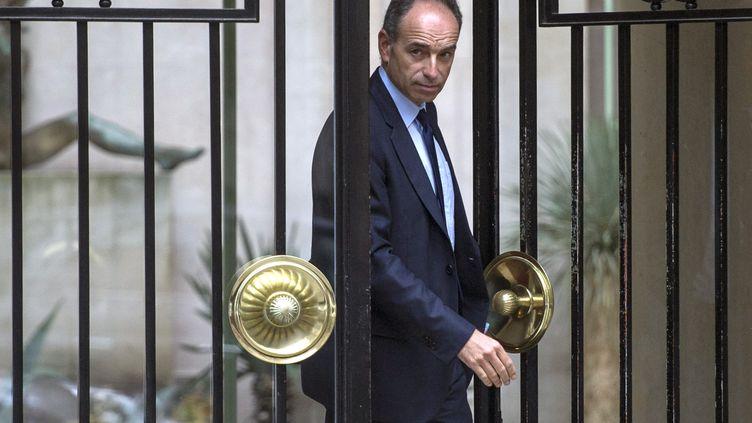 Le président de l'UMP, Jean-François Copé, quitte son domicile pour se rendre au bureau politique de son parti, mardi 27 mai 2014, à Paris. (FRED DUFOUR / AFP)