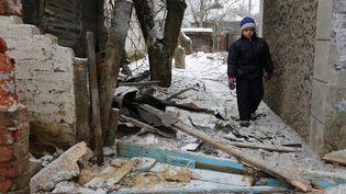 Un enfant dans la villeAvdiivka, située le long de la ligne de front dans l'est de l'Ukraine, le 2 février 2017. (ALEXEY FILIPPOV / AFP)