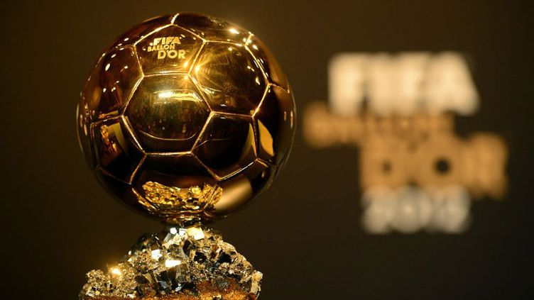 L'ancien trophée, le Ballon d'Or FIFA.