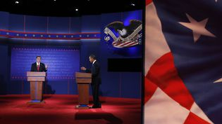 Les candidats à la présidentielle américaine Mitt Romney et Barack Obama débattent pour la première fois à la télévision, le 3 octobre 2012. (JIM URQUHART / REUTERS)