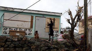Des habitants de l'île de Saint-Martin, le 9 septembre 2017 après le passage de l'ouragan Irma. (MAXPPP)