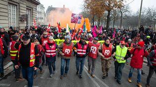 Des manifestants membres du syndicat FO manifestent le 5 décembre 2019 à Nantes. (JEREMIE LUSSEAU / HANS LUCAS)