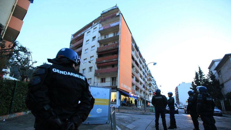 (Une perquisition dans le quartier de l'Ariane à Nice. © Maxppp)